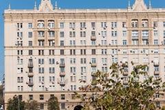 莫斯科,俄罗斯- 09 21 2015年 斯大林主义建筑学房子在Krasnopresnenskaya堤防的 库存图片