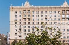莫斯科,俄罗斯- 09 21 2015年 斯大林主义建筑学房子在Krasnopresnenskaya堤防的 免版税库存图片