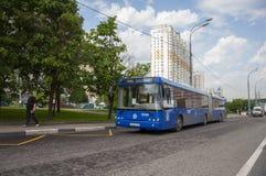 莫斯科,俄罗斯- 05 29 2015年 旅行在路的乘客公共汽车在Mitino 免版税库存照片