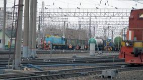 莫斯科,俄罗斯-春天:停车处火车 许多铁路轨道,许多火车 影视素材