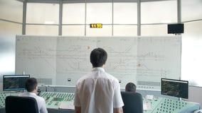 莫斯科,俄罗斯-春天:铁路的调度员在工作 火车时间表显示器,火车控制板 股票视频