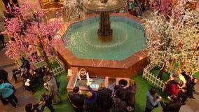 莫斯科,俄罗斯- 2017年3月, 9日 喷泉和冰淇凌在著名历史的百货商店胶失去作用在红色附近 免版税库存照片