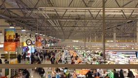 莫斯科,俄罗斯- 2016年12月, 25日 大角度长的曝光射击了超级市场结算离开区域 免版税图库摄影