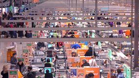 莫斯科,俄罗斯- 2016年12月, 25日 巨大的超级市场结算离开区域 远摄镜头射击 库存照片