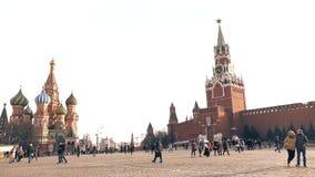 莫斯科,俄罗斯- 2017年3月, 12日 走在红场的游人在克里姆林宫附近在一个晴天 库存图片