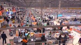 莫斯科,俄罗斯- 2016年12月, 25日 超级市场结算离开区域的顾客 高角度拍摄 免版税库存图片