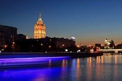 莫斯科,俄罗斯- 2016年8月:莫斯科,有莫斯科河和斯大林摩天大楼的-旅馆拉迪森H乌克兰纳俄罗斯夜场面  库存图片