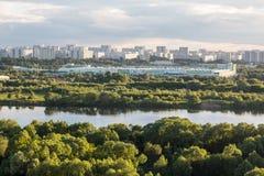 莫斯科,俄罗斯- 2017年6月:Kapotnya、Moskva Reka, Maryno和Brateevo, UVAO莫斯科,俄罗斯郊外  横向孔雀夏天视图 免版税库存照片