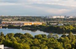 莫斯科,俄罗斯- 2017年6月:Kapotnya、Moskva Reka, Maryno和Brateevo, UVAO莫斯科,俄罗斯郊外  横向孔雀夏天视图 免版税库存图片