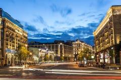 莫斯科,俄罗斯- 2017年7月:Tverskaya街道看法从Manezhnaya广场的与汽车的夏天日落的落后 Tverskaya街是 库存图片