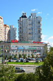 莫斯科,俄罗斯- 9月01 2016年 与商店Atak的商业区和一家健身俱乐部Fizkult在Zelenograd 库存图片