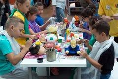 莫斯科,俄罗斯- 8月30 2016年 与孩子的就业在Zelenopark的学校工艺的 库存照片