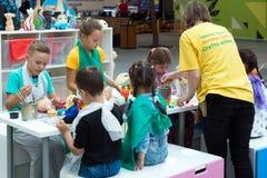莫斯科,俄罗斯- 8月30 2016年 与孩子的就业在Zelenopark的学校工艺的 库存图片
