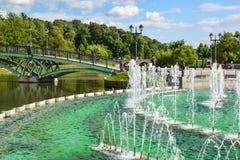 莫斯科,俄罗斯- 6月08 2016年 人行桥、喷泉和池塘在Tsaritsyno博物馆博物馆  免版税库存图片