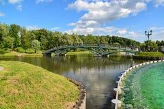 莫斯科,俄罗斯- 6月08 2016年 人行桥和池塘在Tsaritsyno博物馆博物馆  免版税库存照片