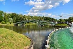 莫斯科,俄罗斯- 6月08 2016年 人行桥和池塘在Tsaritsyno博物馆博物馆  库存照片