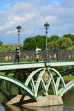 莫斯科,俄罗斯- 6月08 2016年 人行桥的片段横跨池塘的在Tsaritsyno博物馆博物馆  图库摄影