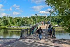 莫斯科,俄罗斯- 6月08 2016年 人行桥的片段横跨池塘的在Tsaritsyno博物馆博物馆  库存照片