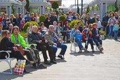 莫斯科,俄罗斯- 5月06 2017年 人们听到音乐在节日acappella在革命正方形的莫斯科春天 库存照片