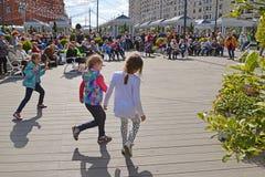 莫斯科,俄罗斯- 5月06 2017年 人们听到音乐在节日acappella在革命正方形的莫斯科春天 免版税库存图片