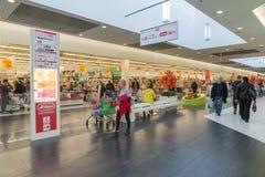 莫斯科,俄罗斯- 10月01 2016年 人们在购物和娱乐中心加加林 免版税库存照片