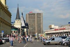 莫斯科,俄罗斯2016年6月-03 人们在Komsomolskaya广场去在列宁格勒和雅罗斯拉夫尔市驻地附近 免版税图库摄影
