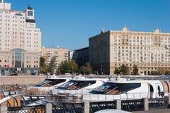 莫斯科,俄罗斯2016年6月-03 停车处小舰队拉迪森乐趣船皇家在塔拉斯・舍甫琴科堤防 免版税图库摄影
