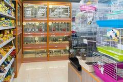 莫斯科,俄罗斯- 4月16 2016年 内部四爪子宠物商店 免版税库存照片