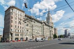 莫斯科,俄罗斯- 6月02 2016年 前公寓Afremov和在街道Sadovaya-Spasskaya上的红色门大厦 免版税库存照片