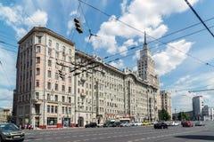 莫斯科,俄罗斯- 6月02 2016年 前公寓Afremov和在街道Sadovaya-Spasskaya上的红色门大厦 免版税库存图片