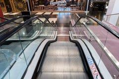 莫斯科,俄罗斯- 3月05 2017年 努力去做下来在购物中心Capitoliy的自动扶梯 库存图片