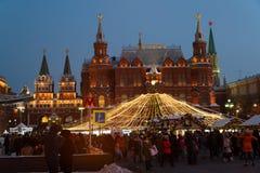 莫斯科,俄罗斯- 1月10 2016年 圣诞节公平在Manezh广场反对历史博物馆背景  免版税库存照片