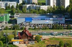 莫斯科,俄罗斯- 9月01 2016年 圣Radonezh Sergius商店Perekrestok和教会顶视图  免版税库存照片