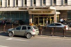 莫斯科,俄罗斯- 5月14 2016年 在旅馆金黄圆环前面的出租汽车 免版税库存图片