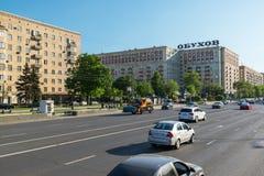 莫斯科,俄罗斯2016年6月-03 在街道Kutuzovsky Prospekt上的交通 库存图片