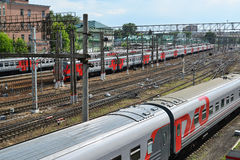 莫斯科,俄罗斯- 6月03 2016年 在通路的火车向库尔斯克驻地 库存照片