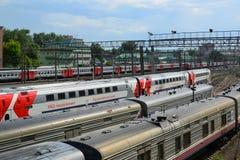 莫斯科,俄罗斯- 6月03 2016年 在通路的火车向库尔斯克驻地 库存图片