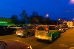 莫斯科,俄罗斯- 5月02 2016年 在高速公路的交通堵塞在夜热心者 免版税库存照片