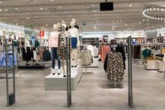莫斯科,俄罗斯- 8月30 2016年 在购物中心Zelenopark的现代时尚商店妇女的衣物 库存照片