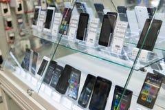 莫斯科,俄罗斯- 2月02 2016年 在黄金国店面的智能手机  卖电子的大连锁店 免版税库存图片