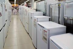 莫斯科,俄罗斯- 2月02 2016年 在黄金国的冰箱,卖电子的大连锁店 免版税库存照片