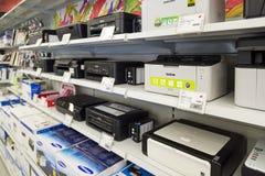 莫斯科,俄罗斯- 2月02 2016年 在黄金国的打印机,卖电子的大连锁店 免版税库存图片