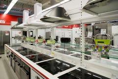 莫斯科,俄罗斯- 2月02 2016年 在黄金国的烹饪器材,卖电子的大连锁店 图库摄影