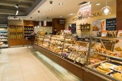 莫斯科,俄罗斯- 3月18 2017年 在Azbuka Vkusa杂货店的糖果店部门 免版税库存图片