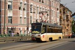 莫斯科,俄罗斯- 6月03 2016年 在Krasnoselsky高架桥的电车在更低的Krasnoselskaya街道 免版税库存照片