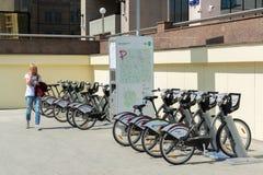 莫斯科,俄罗斯- 6月02 2016年 在Sretensky大道的自行车租务 免版税库存图片