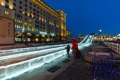 莫斯科,俄罗斯- 1月10 2018年 冰在Manezhnaya广场的幻灯片作为节日一部分-绊倒对圣诞节 免版税图库摄影