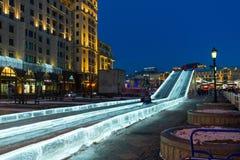 莫斯科,俄罗斯- 1月10 2018年 冰在Manezhnaya广场的幻灯片作为节日一部分-绊倒对圣诞节 免版税库存图片