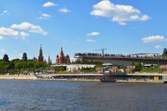莫斯科,俄罗斯- 5月12 2018年 吊桥在Zaryadye公园和克里姆林宫 免版税库存图片