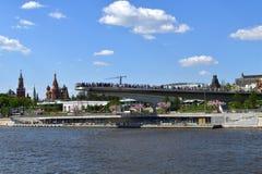 莫斯科,俄罗斯- 5月12 2018年 吊桥在Zaryadye公园和克里姆林宫 库存图片